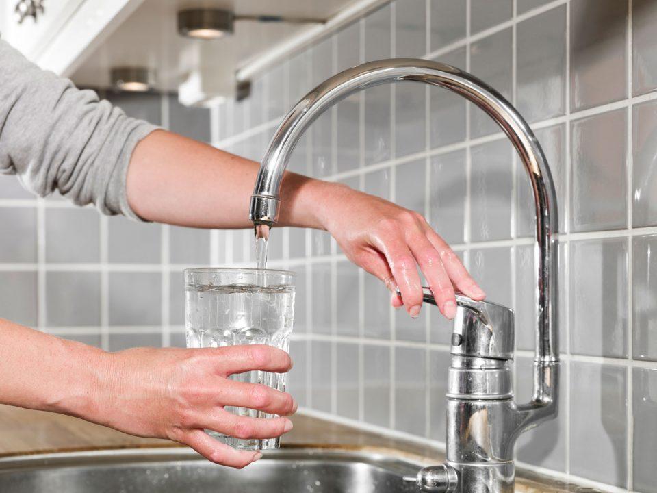Jak działa stacja uzdatniania wody – czy warto ją instalować?